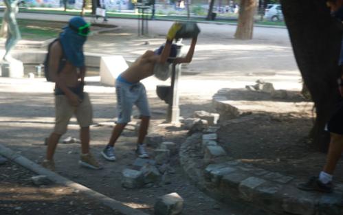 Encapuchados en el Parque Forestal.